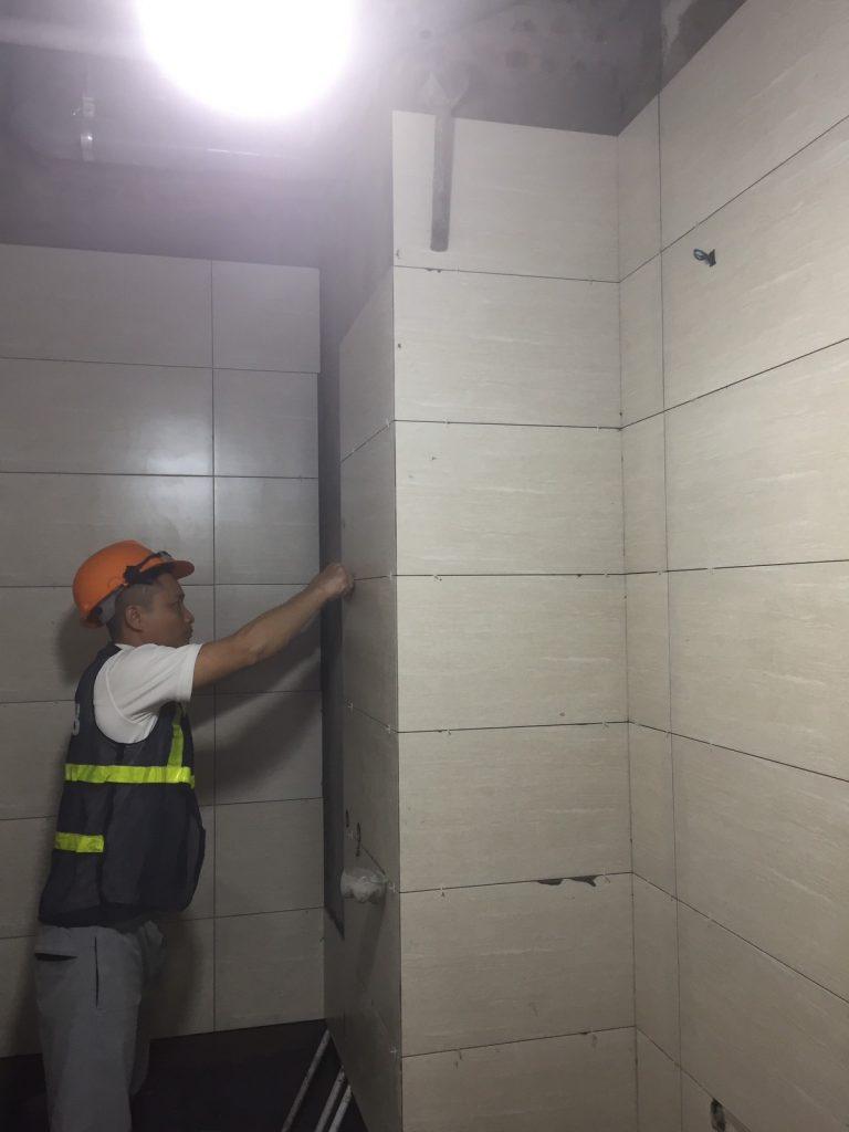 Thi công ốp tường nhà vệ sinh dự án Le Grand Jardin